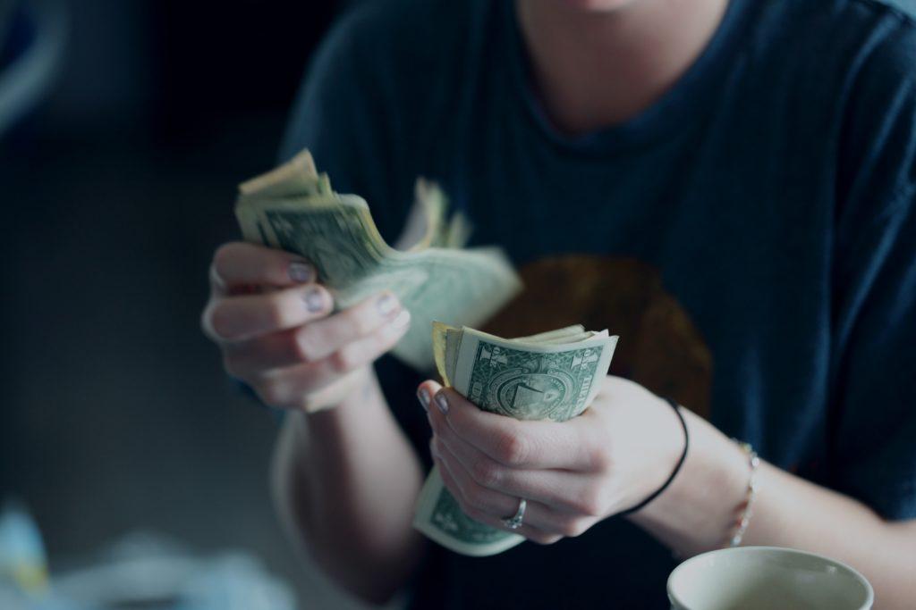 実家で暮らさずにお金を稼ぐ方法